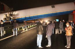 俄加里宁格勒发生重大交通事故 过街天桥被撞塌