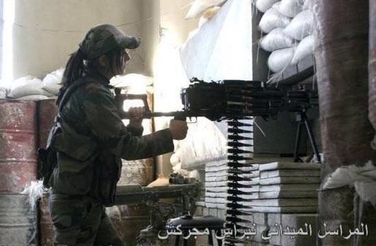 叙军长发美女操重机枪打击IS