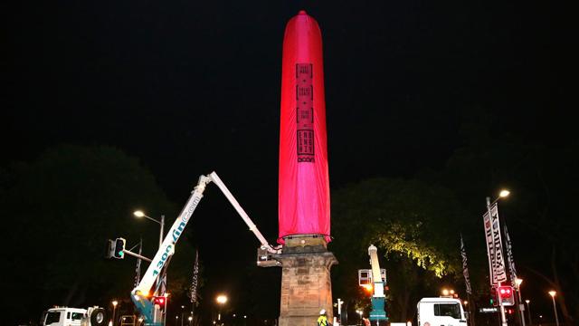 """悉尼竖18米""""避孕套"""" 呼吁关注同性艾滋病传播"""