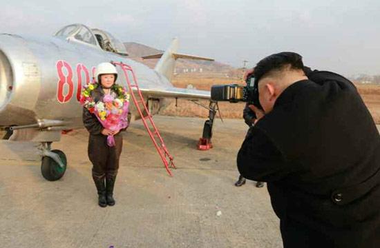 金正恩手持单反为女飞行员拍照