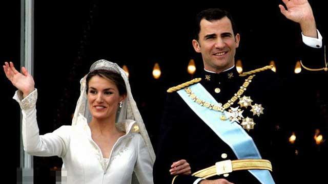 西班牙最美王后出席活动 身材凹凸被赞如超模