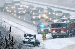美国感恩节遇暴风雪 致航班取消飞机晚点交通堵塞