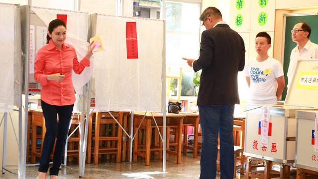 国民党台北市长候选人连胜文与妻子一同现身投票