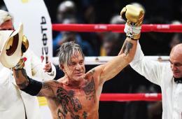 62岁影星老当益壮走上拳台 KO美国年轻选手