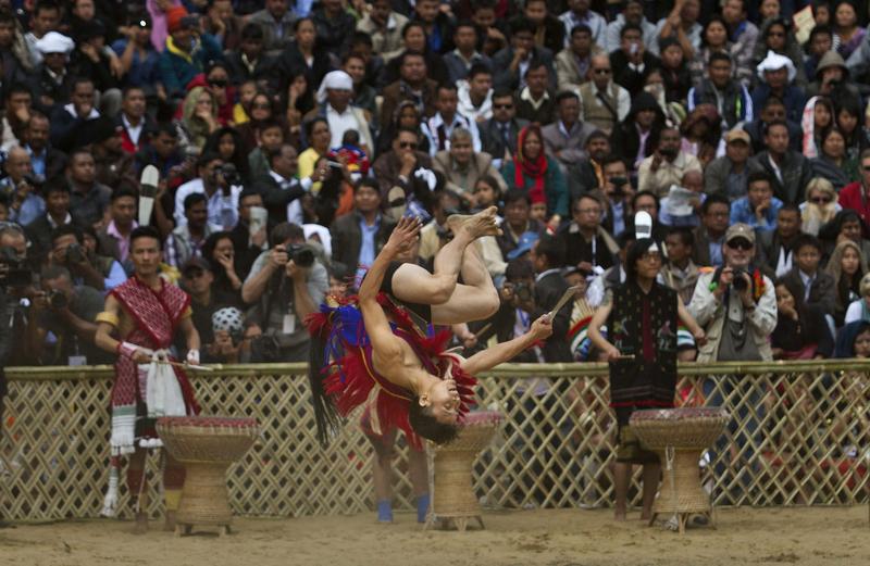 印度总理莫迪戴牛角帽 左手持矛右手持剑参加犀鸟节