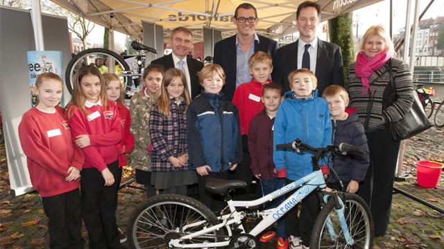 """英国年度自行车峰会 向儿童普及""""绿色出行"""""""