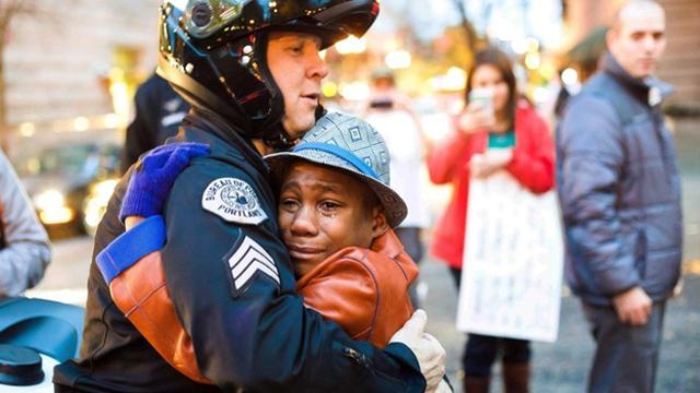 爱消弭仇恨:白人警察与黑人示威者相拥