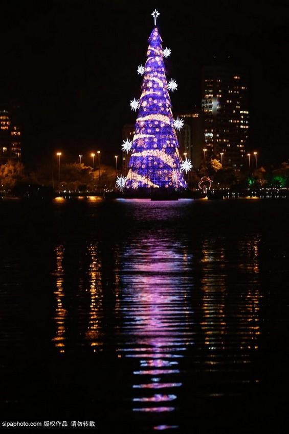 当地时间2014年11月29日,巴西里约热内卢,世界上最大的浮动圣诞树在巴西里约热内卢点亮。这一圣诞树重量超过500吨,相当于1000辆小汽车,高达85米,相当于28层楼。这一巨型圣诞树上点亮着300万盏灯,在海面漂浮的它将于每夜点亮,伴随巴西人民度过新年,持续到1月6日。(图片来源:Sipa Photo) 免责声明版权作品,未经环球网Huanqiu.