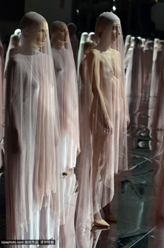 行为艺术作品vb64 几十名年龄各异的女性全裸着身体