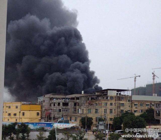 福建厦门一家具厂发生火灾 浓烟滚滚伤亡不明