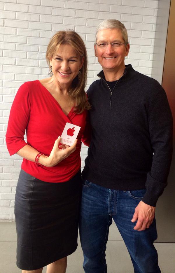苹果ceo库克亲自上阵支持RED和世界艾滋病日