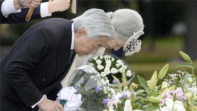 日本天皇夫妇到访广岛 为原子弹受害者献上鲜花