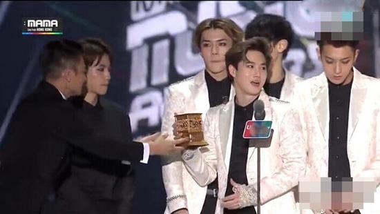 EXO获刘德华颁奖被批没礼貌 单手接奖杯