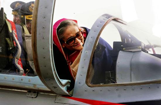 孟加拉女总理细看K8教练机