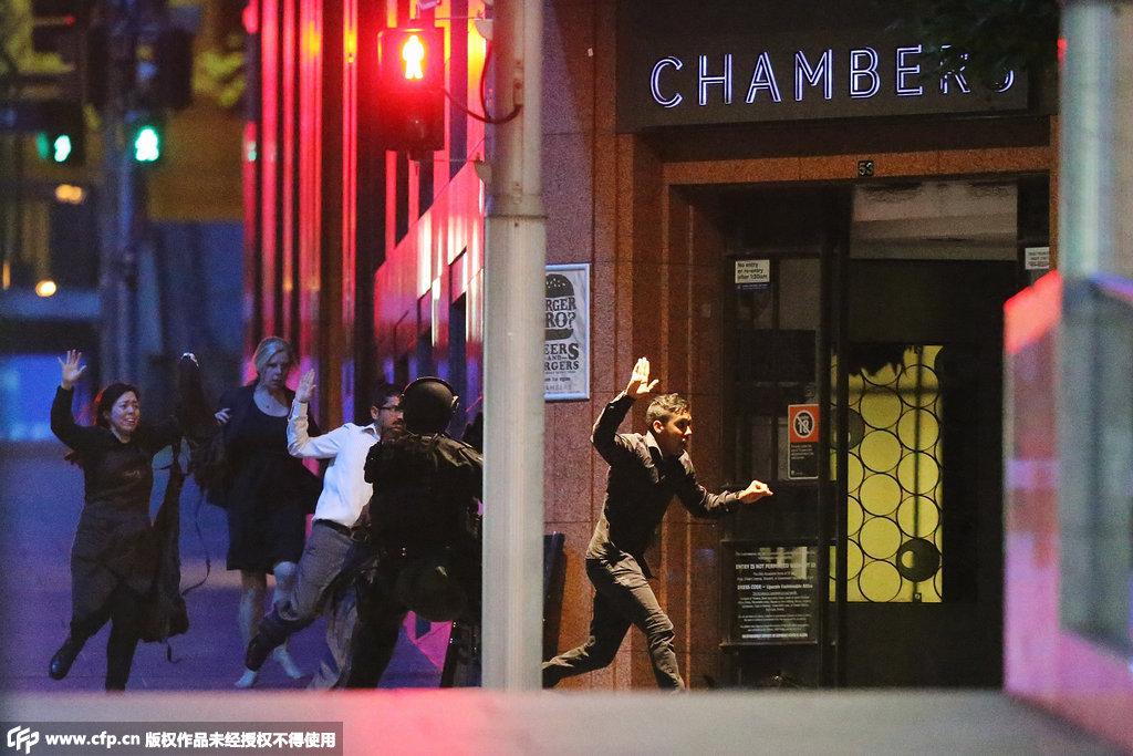 悉尼劫持案现场警方两度与劫持者交火,人质被陆续救出。