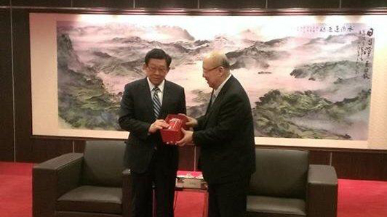 海协会长陈德铭向吴伯雄转达习近平关怀