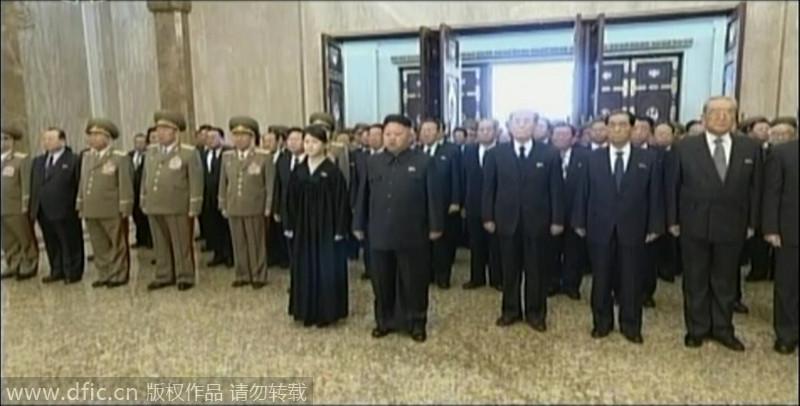 金正恩夫妇悼念金正日 李雪主穿黑色丧服
