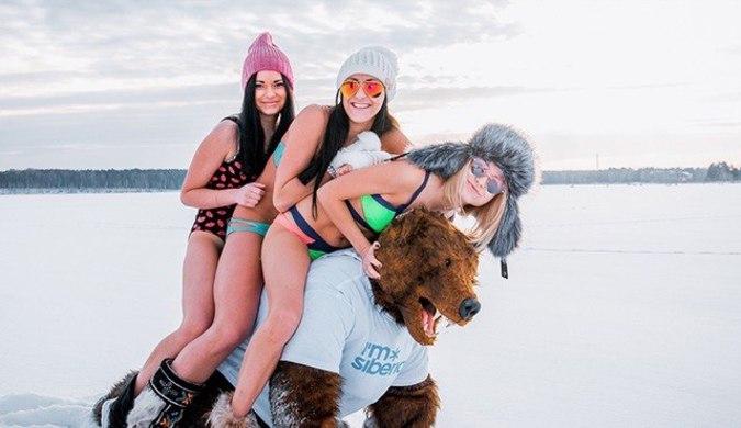 俄罗斯辣妹雪地泳装为西伯利亚打广告 吸引游客