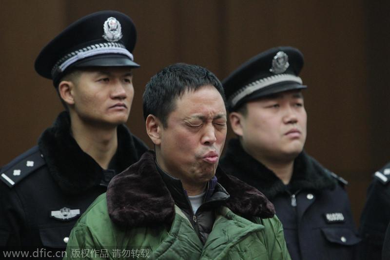 """郑州""""房妹案""""父亲判决现场表情丰富"""