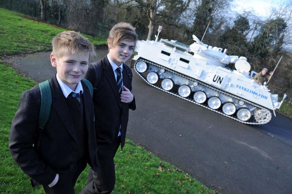 军事迷父亲开坦克接送儿子上学