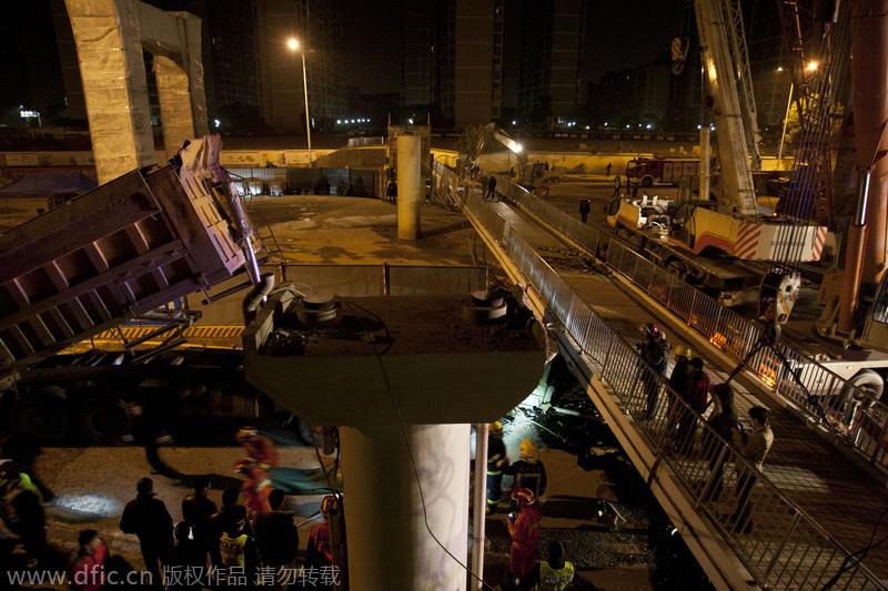 湖南长沙过街天桥被货车撞塌