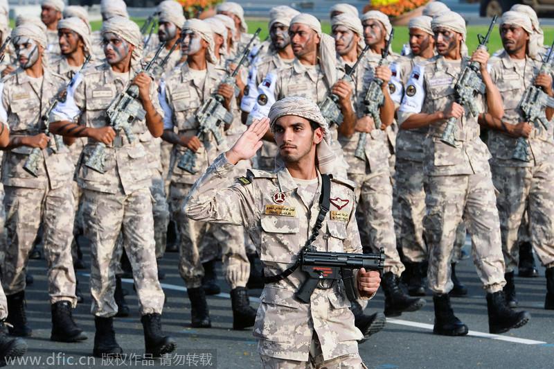 卡塔尔举行国庆日大阅兵 士兵骑骆驼开豹纹坦克参加