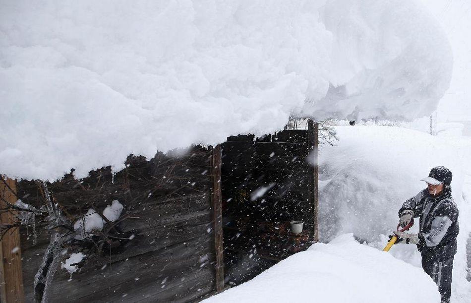 日本受低气压影响 多地遭强暴风雪袭击