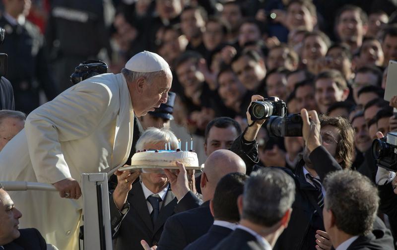罗马教皇方济各庆祝78岁生日 亲自吹生日蜡烛
