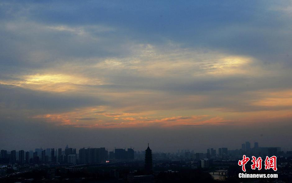 南京上空五彩祥云迷人眼