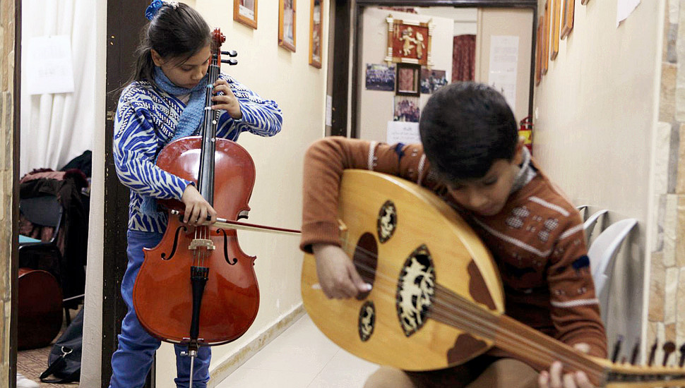 战火下的梦想:实拍加沙地区音乐学校