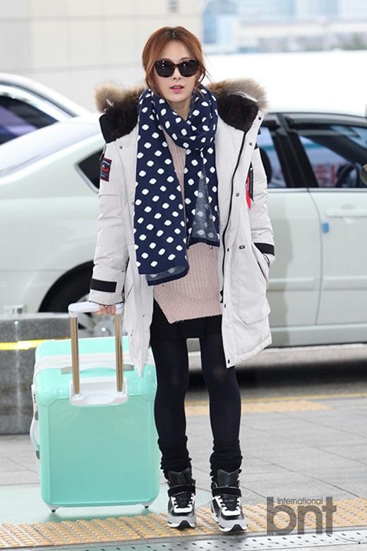 韩星蔡妍现身机场 性感时尚笑容灿烂