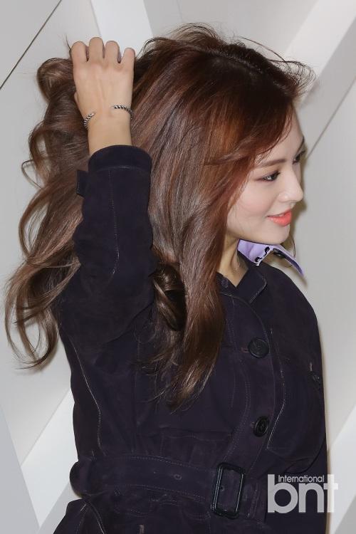 韩众女星顶风秀性感  开业庆典似颁奖红毯