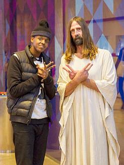 """""""耶稣""""也任性:现身伦敦引人合影"""
