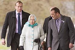 英国女王头裹花头巾萌萌哒