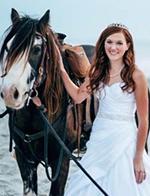 美女子骑马拍婚纱时 马儿受惊吓致其摔落