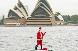 高能圣诞老人划浆板现身悉尼港上演水上漂