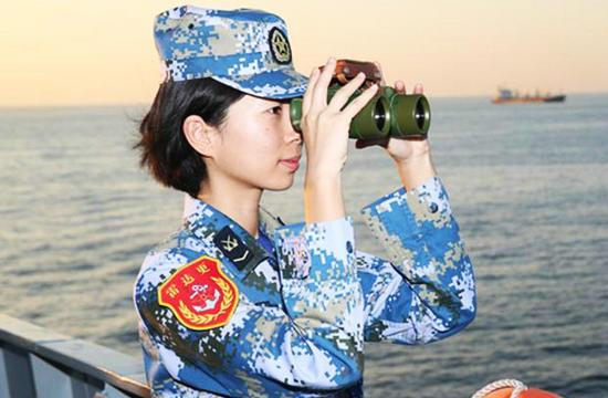 海军长白山舰女兵英姿飒爽