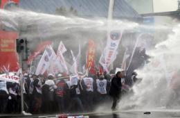 土耳其民众抗议教育政策遭水枪镇压