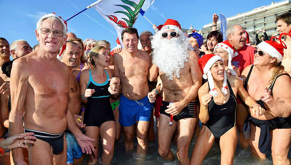 图说圣诞:法国尼斯举行传统冬泳活动