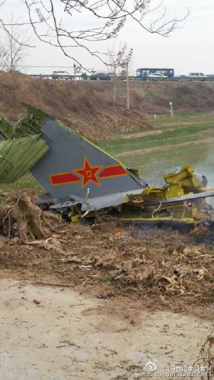 陕西渭南1架空军战斗机坠毁 事故现场浓烟滚滚