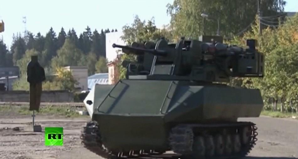 普京检阅俄战斗机器人部队