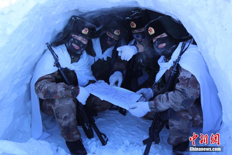 黑龙江边防战士挖雪洞宿营