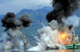 印尼海军炸沉两艘外籍渔船 体现打击非法捕鱼决心