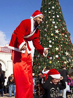 以色列圣诞老人踩高跷变巨人