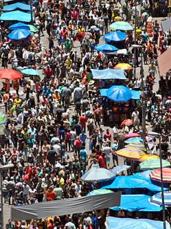 巴西民众挤爆街道疯狂抢购