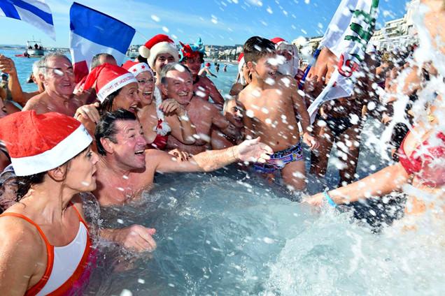 法国尼斯举行传统冬泳活动