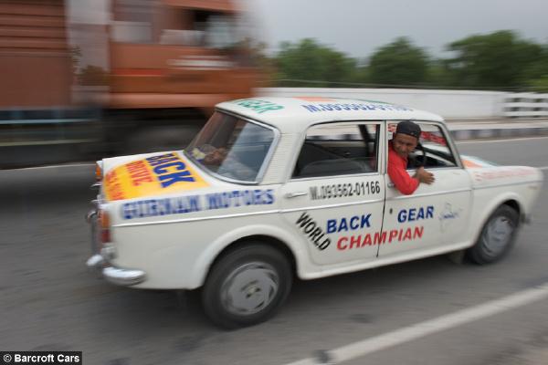 奇葩印度司机倒着开车11年 政府特许