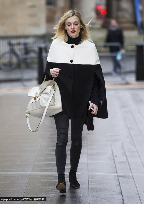 菲妮·科顿12月24日伦敦街拍