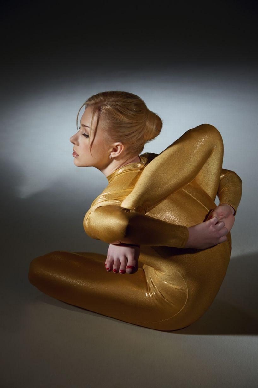 俄女子穿黄金甲拍日历照秀超强柔韧性 - 无题 - 无题的博客