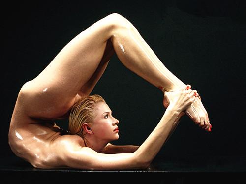 """俄罗斯美女拍日历 被称""""世界上最柔软的人"""""""
